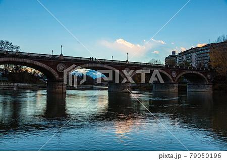イタリア トリノのポー川のイザベッラ橋 79050196
