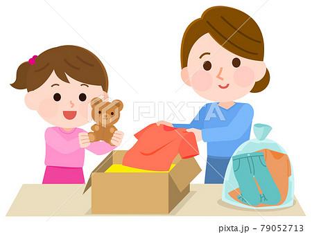 衣類をリユースしようとダンボールに入れる親子 イラスト 79052713