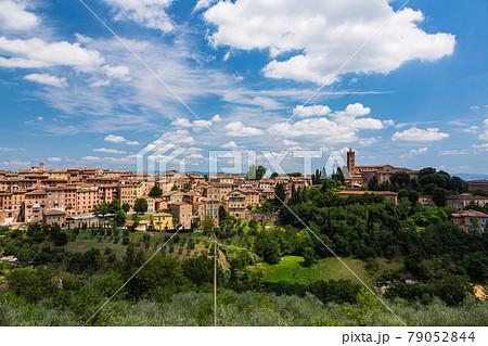 イタリア シエーナの丘から見える街並みと教会 79052844