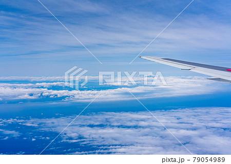 富士山 午前 昼 明るい 航空会社 エンジン 空撮 冬 曇り 雲 山頂 火山 世界文化遺産 俯瞰 79054989