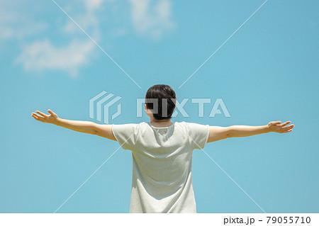 大自然の中で手を広げている女性の後ろ姿 79055710