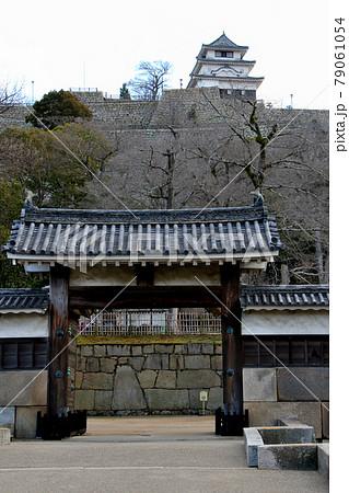 香川県丸亀市の史跡丸亀城の天守閣を大手門(大手二の門)越しに望む 縦位置 79061054