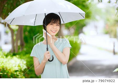 日傘をさす若い女性 79074922