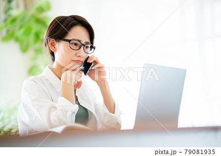 トラブルで電話をする女性 79081935