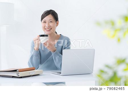 パソコン 女性 白背景  79082465