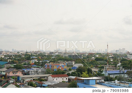 タイ王国バンコクの風景。遠く奥に見えるのがワット・アルン(別名:暁の寺) 79093986