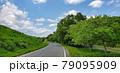 空に続く道 79095909