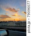 夕焼けの車窓 79096077