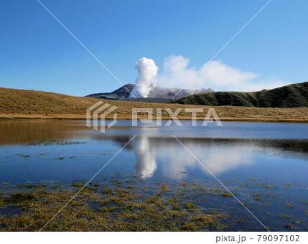 草千里ヶ浜の池に映る青空と中岳の噴煙 (熊本県阿蘇市 79097102