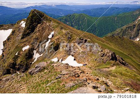初夏の谷川岳トマの耳と稜線 79101818