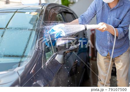 洗車をする男性 79107500