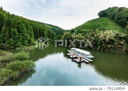 宮城花山湖に浮かぶ瀟洒な筏 79119904