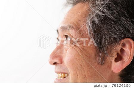 シニア男性 顔 アップ 79124130
