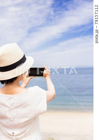 女子旅で海をスマホで写真を撮る若い女性 79157112
