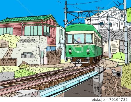 レトロな車両で民家の間を縫うように走る江ノ電 橋を渡る 79164785