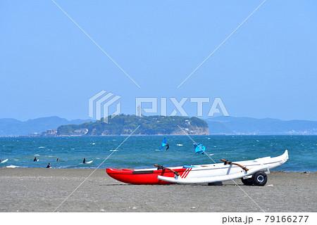 茅ヶ崎海岸から江の島を望むと砂浜に置かれたカヌー 79166277