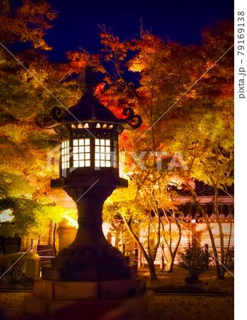 ライトアップされた京都 永観堂禅林寺の灯篭と紅葉 79169138