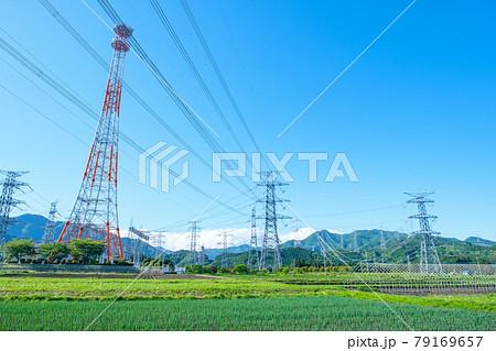 送電線と鉄塔 79169657