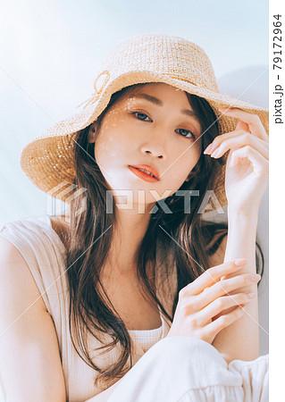 若い女性の夏イメージ 79172964