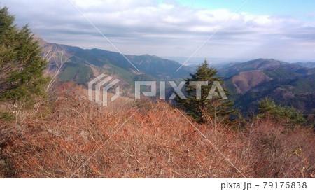 奥多摩の遠くに広がる雄大な山々の風景を望むさわやかな気持ち 79176838