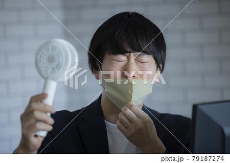 マスク 扇風機 ビジネスマン 79187274