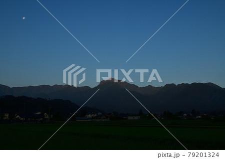 北杜市白州町、月齢18の月が残る空に明け行く甲斐駒ケ岳 79201324