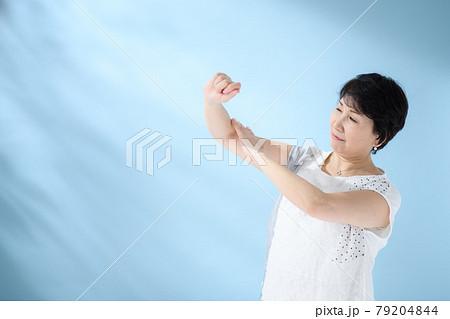 ビューティーイメージ スキンケア シニア女性 79204844