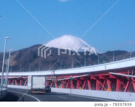 東名高速道路を走っていると突然現われる真っ白い雪に覆われた美しい霊峰富士山の美しい姿 79207939