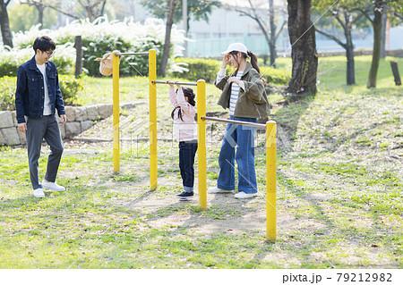 公園で遊ぶ親子 79212982