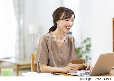 自宅で仕事をする女性 テレワーク 79213394