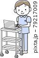 ワゴンに載せたPCで電子カルテを見る男性看護師 79217009