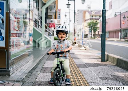 道路をストライダーで駆ける3歳児 79218043