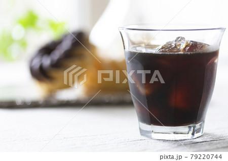 コーヒータイムにアイスコーヒーとドーナッツ 79220744