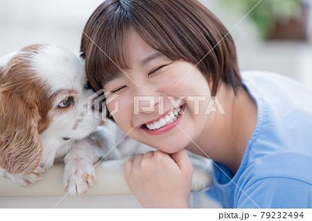 犬と若い女性のポートレート 79232494