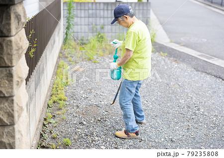 ゴミ拾いをする高齢者 79235808