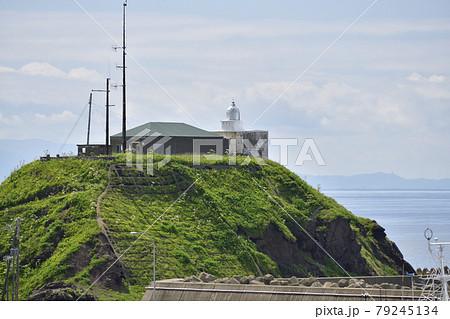 初夏の北海道松前町松前漁港の灯台の風景を撮影 79245134