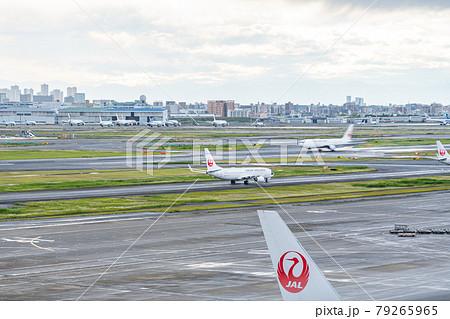 空港 飛行機 羽田空港 離陸 午後 夕暮れ 海 航空会社 エンジン ブレーキ ターミナル 日本航空 79265965