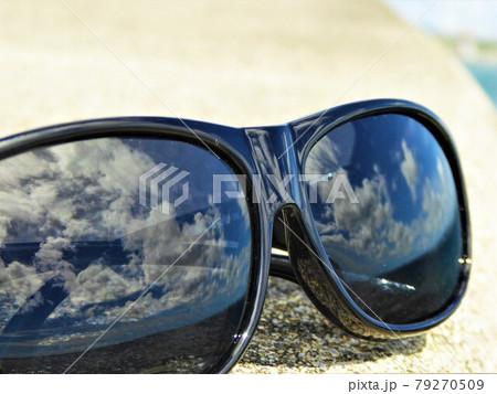 夏の海岸で強い光を反射するサングラスのクローズアップ 79270509
