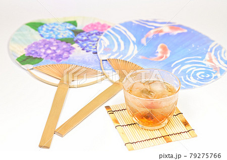 日本の夏 麦茶と団扇 79275766