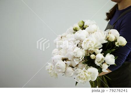 白いシャクヤクのブーケを持った女性 79276241
