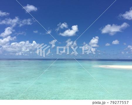 南国の青い空と白い砂浜と広い海 79277557
