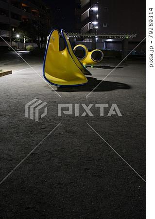 夜の公園に照らされた黄色い変わった遊具 79289314