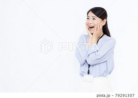 笑顔でびっくりしている30代のビジネスウーマン 79291307