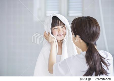 髪の毛を乾かす親子 79296226