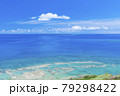 沖縄知念岬公園から望むエメラルドグリーンの海と久高島 79298422