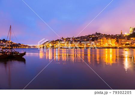 ポルトガル ポルトのドゥエロ川と旧市街の夜景 79302205