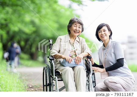 介護イメージ シニア デイケア 介護福祉士 老人ホーム 79311167