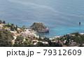 イタリア、タオルミーナの海を見下ろす 79312609