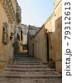マテーラの街角。石造りの階段と両脇の建物が良い雰囲気 79312613