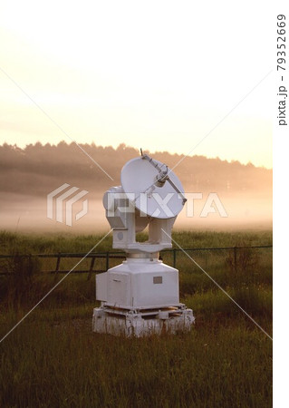 春の朝もやに浮かぶ長野県野辺山高原に設置されている国立天文台の太陽電波観測アンテナ 79352669